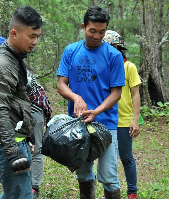 Lam gi de Phu Yen khong thanh 'thien duong rac'? hinh anh 5 Chiel – người hướng dẫn viên ở Lang Biang luôn cần mẫn lượm rác do du khách bỏ lại.