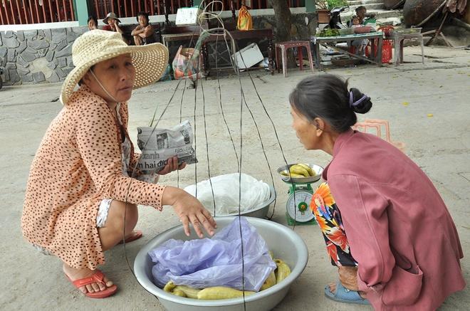 Lam gi de Phu Yen khong thanh 'thien duong rac'? hinh anh 2 Ở Cù Lao Chàm người ta dùng những chiếc túi làm từ báo để đựng đồ chứ không dùng túi ni lông.