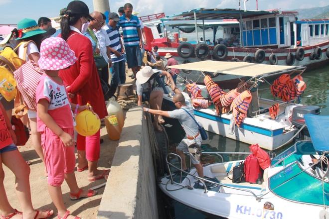 Cam phat trien du lich o dao Binh Ba tu dau thang 11 hinh anh 2 Nhếch nhác ở bến tàu đón khách đi Bình Ba.