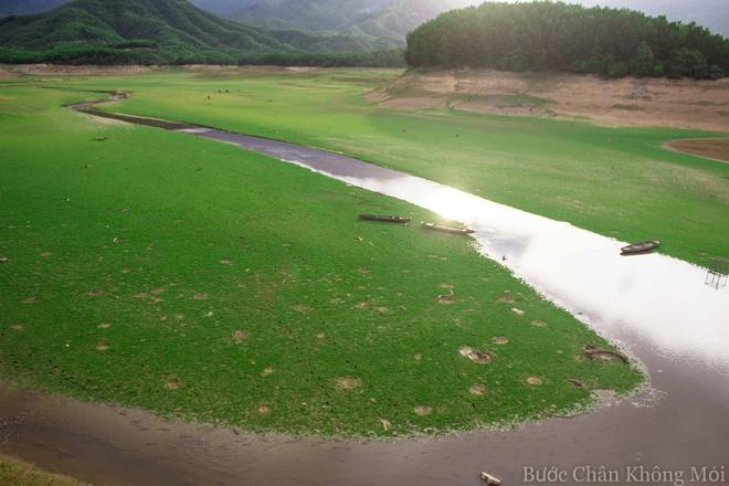 Ho nuoc can nhu 'thao nguyen Mong Co' o Da Nang hinh anh 5 Những con đò nằm yên bên dòng nước dưới nắng chiều êm ả.