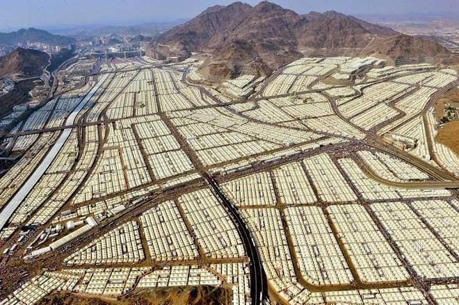 """Kham pha Mina - thanh pho cua leu trai hinh anh 1 Mina là một thành phố nhỏ nằm ở thung lũng của tỉnh Makkh, phía Tây Ảrập Xê-út, cách thánh địa Mecca khoảng 5 km về phía đông. Đây là điểm thực hiện đại lễ hành hương Hajj của các tín đồ Hồi giáo, một trong những đại lễ lớn nhất thế giới. Hajj là minh chứng cho sự đoàn kết của những người Hồi giáo, sự phục tùng và thành tâm của họ đối với thánh Allah. Từ """"Hajj"""" nghĩa là một cuộc hành hương """"được định sẵn"""", đây không chỉ đơn thuần là một cuộc hành hương về xác thịt, còn khơi dậy niềm tin trong tâm hồn của các tín đồ Hồi giáo."""