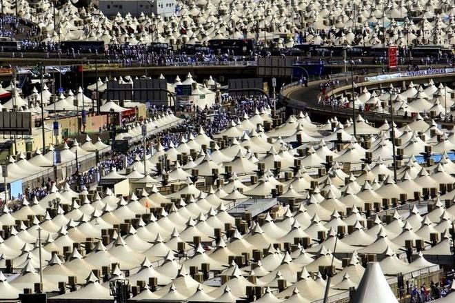 Kham pha Mina - thanh pho cua leu trai hinh anh 2 Thành phố Mina có hơn 100,000 công trình kiến trúc lều trại được gắn đầy đủ thiết bị máy lạnh, cung cấp chỗ ở tạm thời cho những người hành hương đến đây, đàn ông và phụ nữ sẽ được tách biệt và không được ngủ cùng nhau trong lều.  Có khoảng 3 triệu người Hồi giáo đến từ nhiều nơi trên thế giới đổ về đây để tham gia cùng đại lễ hành hương Hajj lớn nhất thế giới mỗi năm.