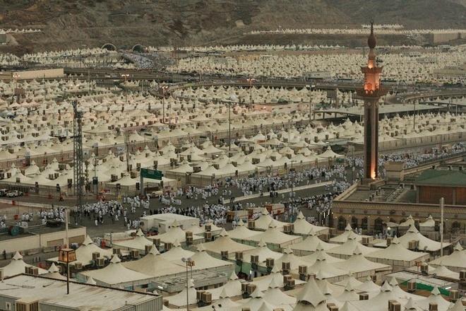 Kham pha Mina - thanh pho cua leu trai hinh anh 5 Trước khi người hành hương đến Mina, họ sẽ đến đền thánh Grand Mosque tại thánh địa Mecca. Nằm ở trung tâm của đền thánh Mosque, ngôi đền Kaaba là một tòa nhà hình vuông, theo các tín đồ Hồi giáo thì công trình này được xây dựng trước khi đạo Hồi xuất hiện.