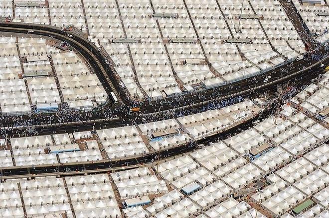Kham pha Mina - thanh pho cua leu trai hinh anh 6 Các tín đồ Đạo Hồi di chuyển xung quanh đền thờ Kaaba nằm bên trong đền thánh Grand Mosque ở Mecca, họ sẽ phải đi 7 vòng ngược chiều kim đồng hồ theo đúng lời răn dạy của nhà tiên tri Muhammad.