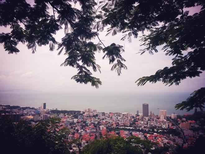 Nua dem chay xe ve thanh pho bien Vung Tau hinh anh 4 Ngắm Vũng Tàu từ ngọn hải đăng.