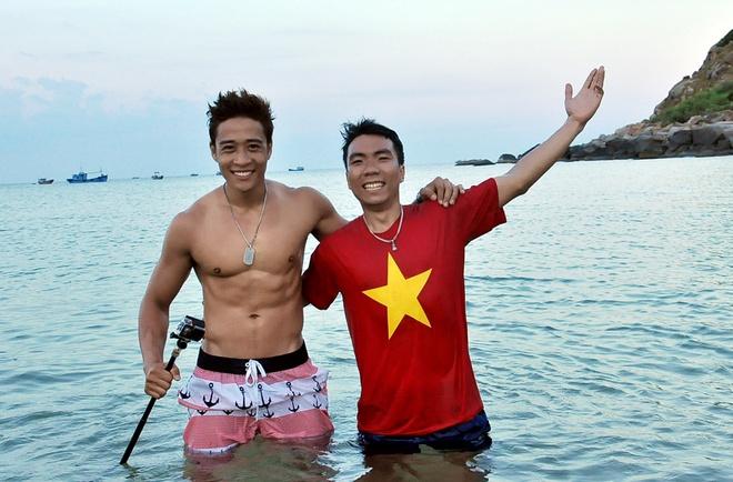Hanh trinh phuot 2.200 km cua 'hotboy noi loan' hinh anh 11 Linh Sơn thỏa thích vui đùa trên biển và có cơ hội khoe body 6 múi cực chuẩn.