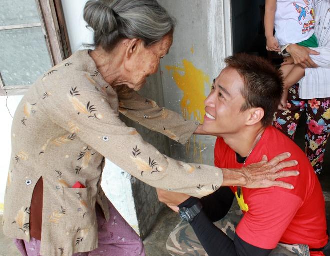 Hanh trinh phuot 2.200 km cua 'hotboy noi loan' hinh anh 14 Linh Sơn nở nụ cười thật tươi khi đón nhận tình cảm từ những người bà, người mẹ trong chuyến hành trình. Với anh, đó là điều vô giá.