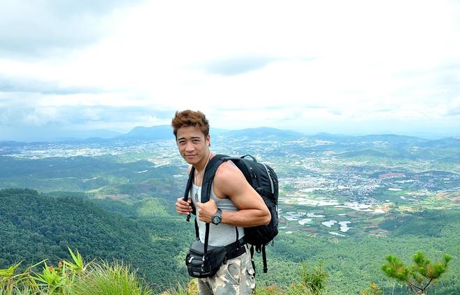 Hanh trinh phuot 2.200 km cua 'hotboy noi loan' hinh anh 7 Đỉnh Lang Biang ở độ cao 2167m sau gần 2 giờ chinh phục, nam diễn viên tiết lộ anh không cảm thấy một chút mệt mỏi bởi được chinh phục thiên nhiên và những địa điểm đẹp tuyệt vời như này luôn khiến anh hạnh phúc.