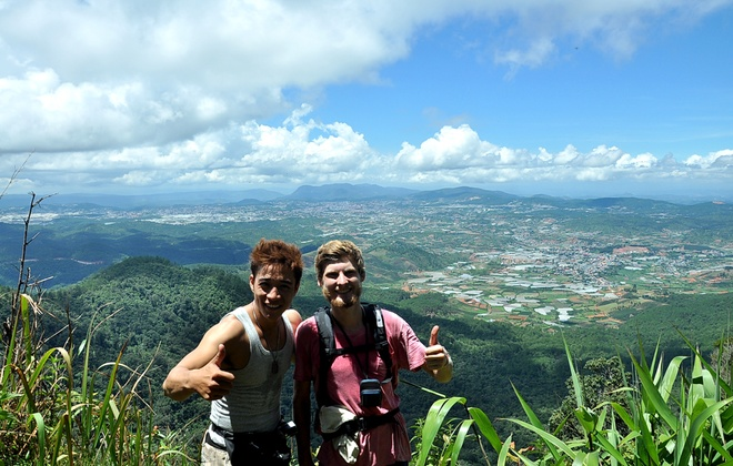Hanh trinh phuot 2.200 km cua 'hotboy noi loan' hinh anh 8 Linh Sơn gặp một người bạn nước ngoài trong chuyến hành trình của mình. Nam diễn viên tự tin trò chuyện với người bạn mới quen.