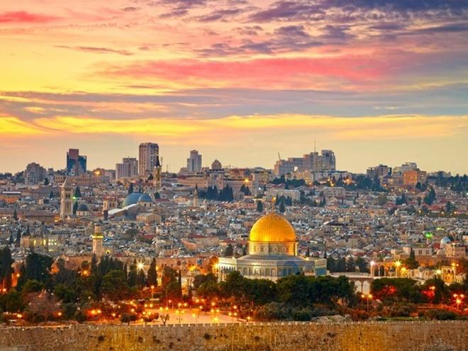 Top 15 thanh pho du khach nhat dinh phai den mot lan hinh anh 11 11. Jerusalem, Israel: là một trong những thành phố linh thiêng nhất trên thế giới với nhiều địa điểm tôn giáo. Nơi đây thu hút các du khách toàn cầu, không chỉ những người theo Kitô giáo, người Do Thái, và người Hồi giáo.
