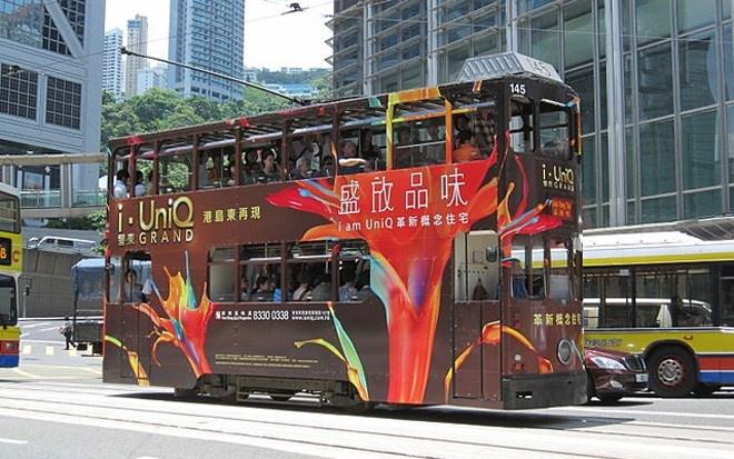 Đi lại bằng xe điện là một trải nghiệm thú vị ở Hong Kong. Các tuyến xe điện ở Hong Kong vận hành từ năm 1904, đến nay đã có 120 trạm và 6 làn đường.