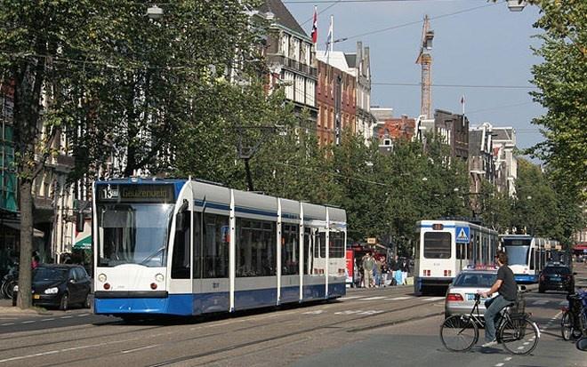 Thủ đô Amsterdam của Hà Lan nổi tiếng với hệ thống xe điện và xe đạp.