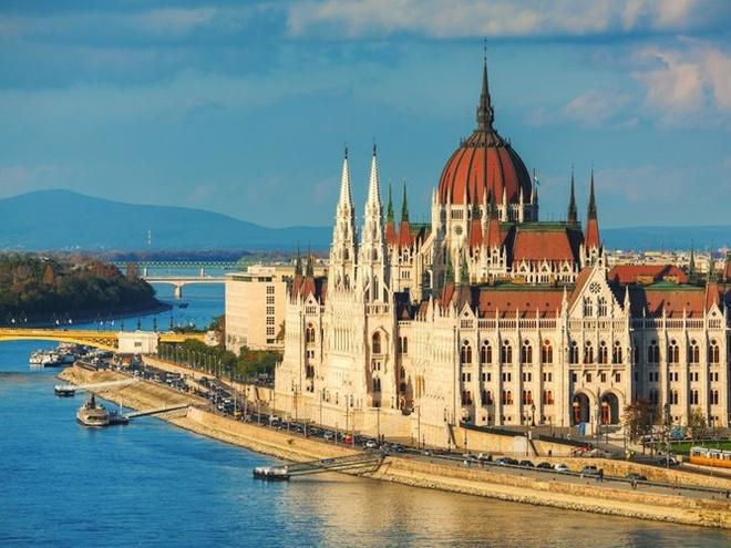 """Top 15 thanh pho du khach nhat dinh phai den mot lan hinh anh 2 2. Budapest, Hungary: thành phố nổi tiếng với hàng trăm suối nước nóng, là""""thành phố của những nhà tắm hơi"""" từ thế kỷ 16, 17. Để ngắm nhìn cảnh quan tuyệt đẹp của thành phố, du khách có thể đi bộ qua cầu Széchenyi, nối liền 2 thành phố Buda với Pest."""