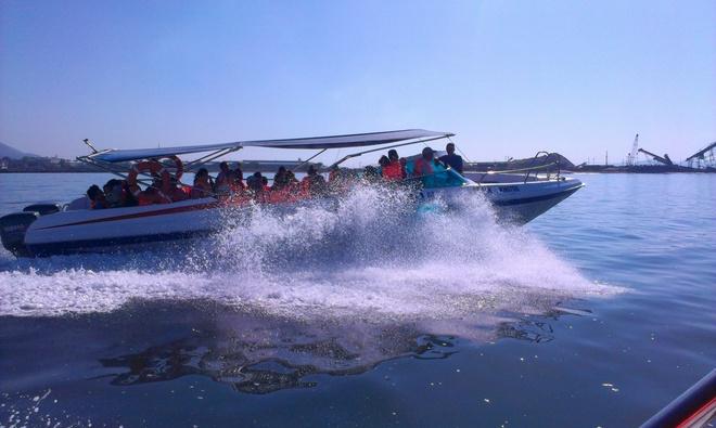 Kham pha ve dep cua dao Binh Ba hinh anh 1 Hè đến Cam Ranh có chút hơi nóng nực nhưng mọi thứ đều tan biến khi nhìn thấy biển xanh đẹp và ngút ngàn.  Sau ngày đầu khám phá Cam Ranh về đêm, chúng tôi bắt đầu đến bến phà Bình Ba và mua vé ra đảo. Có 2 loại vé cho du khách chọn: 1 loại thuyền bình thường đi khoảng 2 tiếng( khoảng vài chục ngàn),  loại 2 đi bằng Ca nô đi khoảng 15 phút giá vé khoảng 200.000 khứ hồi).