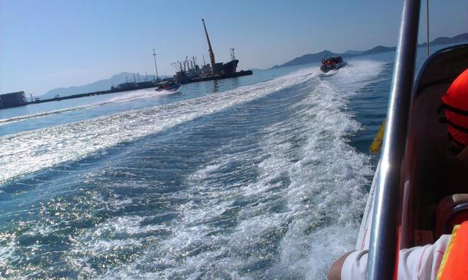 Kham pha ve dep cua dao Binh Ba hinh anh 2 Trải nghiệm đi Cano ra Đảo Bình Ba ....lướt trên những con sóng , cảm giác thật tuyệt vời thú vị.