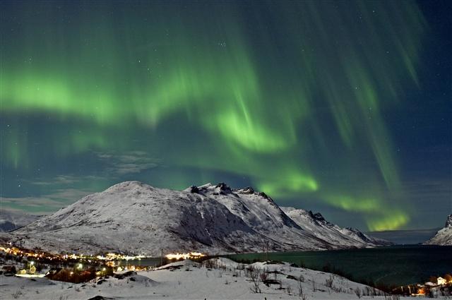 Nhung diem du lich nuoc ngoai tuyet voi cho mua dong hinh anh 2 Ngắm cực quang tuyệt đẹp về đêm ở Nauy. Ảnh: Arcticjournal.com.