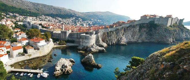 Nhung thi tran co vung duyen hai Croatia hinh anh 1 Các thị trấn ven biển Croatia thường có tường thành bao bọc.
