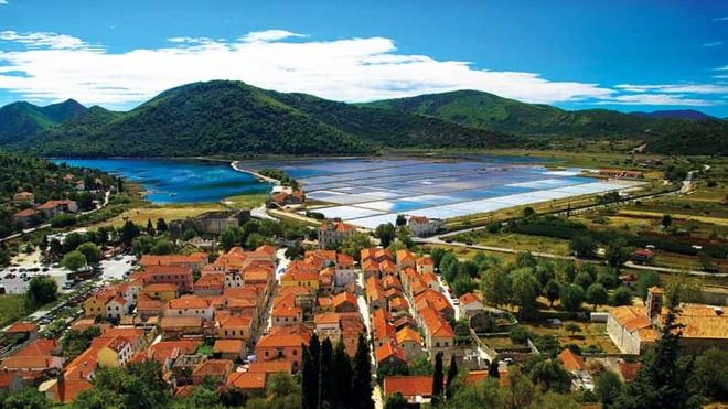 Nhung thi tran co vung duyen hai Croatia hinh anh 2 Thị trấn Ston bên ruộng muối nhìn từ trên cao.