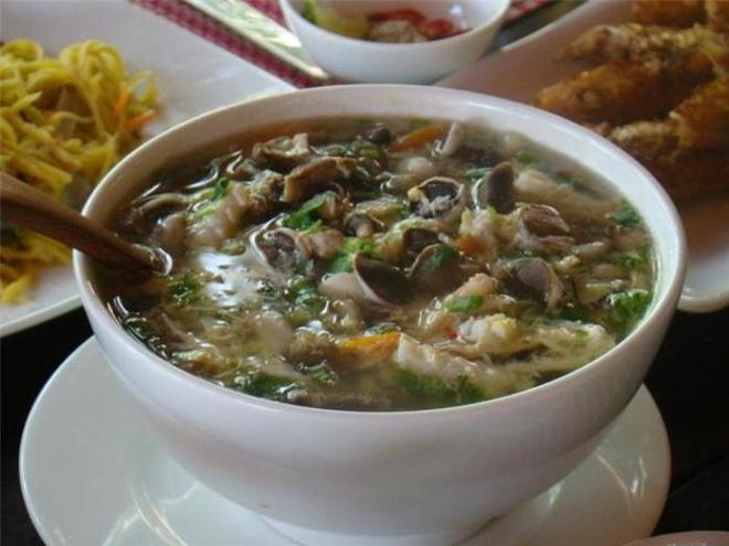 Nhung dac san lam say long du khach cua dao ngoc Phu Quoc hinh anh 6 Canh nấm tràm hải sản: Nấm tràm là một loại nấm chỉ có ở Phú Quốc, được người dân nơi đây kết hợp hài hòa với hải sản tươi luôn sẵn có như mực, tôm, hào bao... để tạo ra món canh nấm tràm. Món ăn có vị ngọt của nấm, mùi thơm nồng của tiêu và hương vị đậm đà khi dùng chung với nước nắm cá cơm Phú Quốc. những đặc sản làm say lòng du khách của đảo ngọc phú quốc - 26 - Những đặc sản làm say lòng du khách của đảo ngọc Phú Quốc
