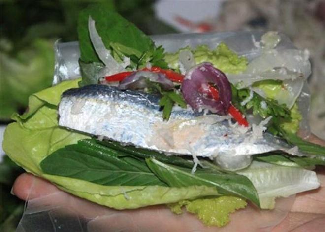 Nhung dac san lam say long du khach cua dao ngoc Phu Quoc hinh anh 7 Gỏi cá trích: Sẽ thật là thiếu sót cho chuyến đi của bạn nếu đến Phú Quốc mà chưa được thưởng thức món ăn này. Người dân đảo thường lựa chọn nhưng con cá béo tròn, tươi ngon còn lấp lánh ánh bạc để làm gỏi. Cá được đánh vảy, làm sạch rồi lóc lấy phần thịt phi lê. Gỏi cá được chế biến đơn giản nhưng không kém phần tinh tế. những đặc sản làm say lòng du khách của đảo ngọc phú quốc - 27 - Những đặc sản làm say lòng du khách của đảo ngọc Phú Quốc