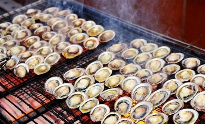 Nhung dac san lam say long du khach cua dao ngoc Phu Quoc hinh anh 10 Bào ngư nướng: Bào ngư nướng là món ăn khá đắt tiền ở Phú Quốc, tuy vậy những ai đã đến thì đừng quên thưởng thức món này vì món ăn không những ngon mà còn rất bổ dưỡng. Những con bào ngư được đem lên từ đáy biển sâu và phải trải qua một số công đoạn chế biến cầu kỳ mới trở thành món ăn hấp dẫn phục vụ thực khách. những đặc sản làm say lòng du khách của đảo ngọc phú quốc - 30 - Những đặc sản làm say lòng du khách của đảo ngọc Phú Quốc