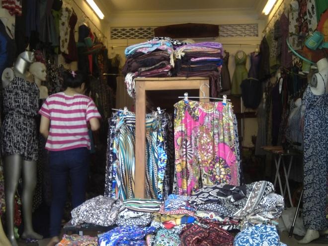 Nhung trai nghiem tuyet voi o Thua Thien-Hue hinh anh 2 Một gian hàng quần áo ngay cạnh khu chợ Đông Ba. Ảnh: Tuyết Nhung.