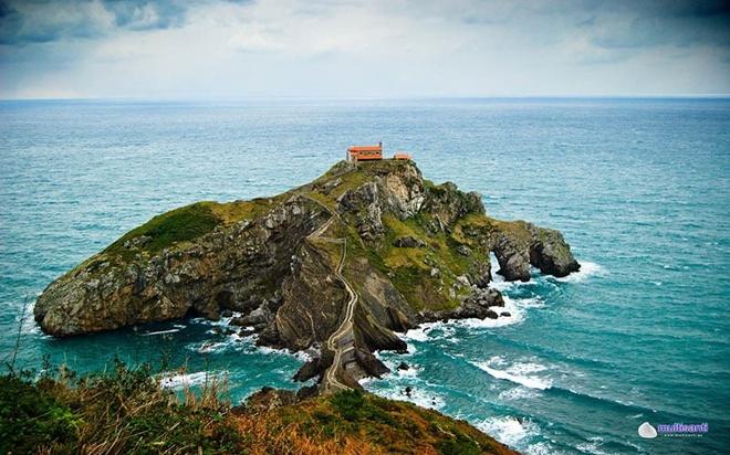 Cây cầu này nối giữa phần đất liền của Tây Ban Nha với hòn đảo nhỏ Gaztelugatxe trên bờ biển Biscay.