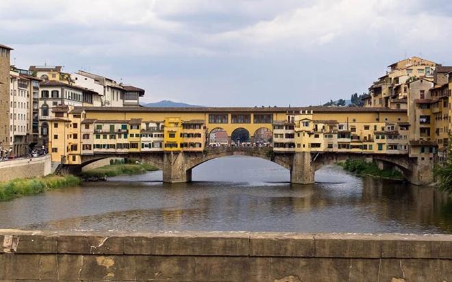 Cây cầu đá vòm thời trung cổ Ponte Vecchio bắc qua sông Arno ở Florence, Italy. Đây là cây cầu duy nhất giữ nguyên được thiết kế từ thời ban đầu của nó.