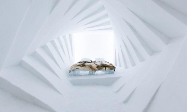 Khách sạn băng, Thụy Điển: Ice Hotel là khách sạn băng lớn nhất thế giới nằm ở Jakkajarvi. Mỗi năm, các nghệ nhân cùng các nhà thiết kế sử dụng nước đá từ sông Torne để tạo nên những căn phòng băng với những chiếc giường băng độc đáo mang nét đặc trưng riêng.  Mỗi phòng đều có túi sưởi ẩm, nệm giữ ấm, du khách có thể yên tâm thưởng thức giấc ngủ trên những chiếc giường băng. Nơi đây có đủ dịch vụ như quán ba, nhà thờ, điểm tuyệt vời nhất để ngắm bắc cực quang.