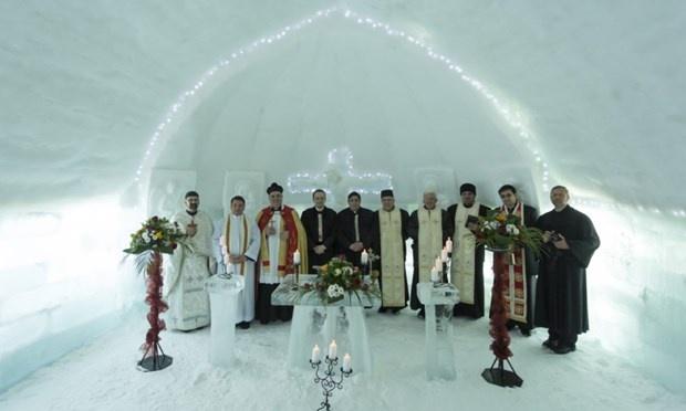 Khách sạn băng, Romania: Ẩn mình giữa các đỉnh núi băng của dãy núi Fagaras thuộc vùng trung tâm Romania, khách sạn băng như đi ra từ những câu chuyện cổ tích.  Đến đây, du khách sẽ được ngả lưng xuống giường băng mát lạnh, nhâm nhi ly bia dưới tiết trời dưới 0 độ C, thưởng thức các món ăn trên những chiếc đĩa băng hay tản bộ ngắm nhìn tuyết rơi ở bên ngoài vườn.