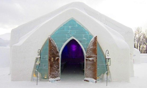 Khách sạn de Glace, Canada: Bên trong là những bức tường tuyết dày cộm được thiết kế rất phức tạp, các quán ba có nhiều phòng, du khách có thể nhảy múa, khiêu vũ ở đây vào ban đêm.  Vào mùa đông hàng năm, khách sạn tổ chức nhiều hoạt động vui nhộn, thú vị cho du khách. Trải nghiệm cuối cùng là ở trong căn phòng hạng sang bao gồm lò sưởi, phòng spa riêng biệt.