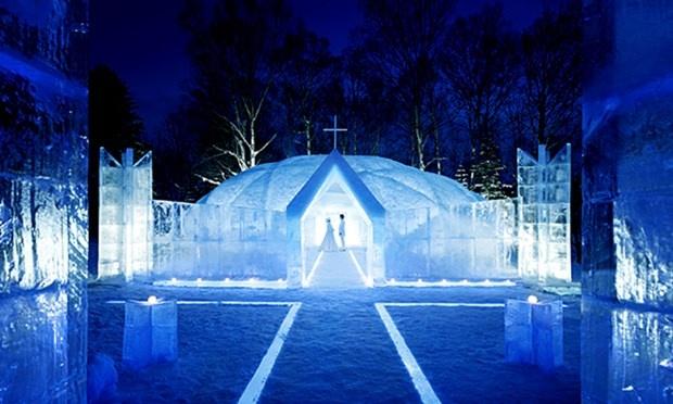Động băng, Nhật Bản: Động băng là thiên đường băng nằm trong khu trượt tuyết Alpha Resourt Tommanu, phía bắc đảo Hokkaido, Nhật Bản.  Động băng trông như cầu vông rực rỡ từ ngôi lều băng đến cây cối đều phát ra ánh sáng rất nhẹ nhàng, lãng mạn, ấm cúng trong tiết trời lạnh thấu xương của mùa đông.