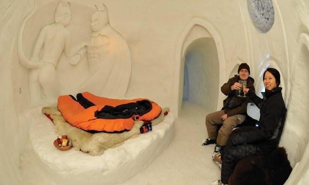 Khách sạn Iglu Dorf, Thụy Sĩ: Iglu Dorf dựng lên những ngôi làng tuyết tại 7 vùng khác nhau. Nếu ở Zermatt, du khách có thể nằm trong bồn tắm ngoài trời để chiêm ngưỡng ngọn núi Matterchor hay ở Zugspitze để quan sát được cả các nước Đức, Úc và Thụy Sĩ.  Cung cấp những căn lều tuyết lãng mạn, chất lượng với bể tắm bằng nước ấm, túi ngủ và phục vụ điểm tâm sáng, bánh pho mát.