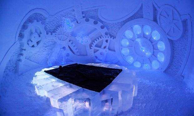 Ngôi làng tuyết, Phần Lan: Ngôi làng tuyết khổng lồ ở Phần Lan được hình thành từ 20 triệu kg tuyết và 360,000 kg băng tinh thể trong suốt, bao gồm một khách sạn, một nhà hàng, một quán ba, ngôi nhà thờ nhỏ để phục vụ cho lễ cưới của du khách.  Mỗi phòng trong khách sạn được trang trí riêng biệt với tác phẩm điêu khắc rất đẹp làm từ băng mang đậm tính chất văn học. Và du khách sẽ có những giấc ngủ ngon khi cuộn tròn trong những chiếc túi ngủ.
