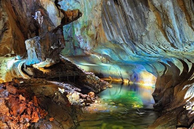 Kham pha ve bi an, huyen bi cua Vuon quoc gia Gunung Mulu hinh anh 4 Hệ thống hang động rộng lớn ở Vườn quốc gia Gunung Mulu mang vẻ đẹp nguyên sơ với các cột nhũ đá. Ảnh: Pinterest.
