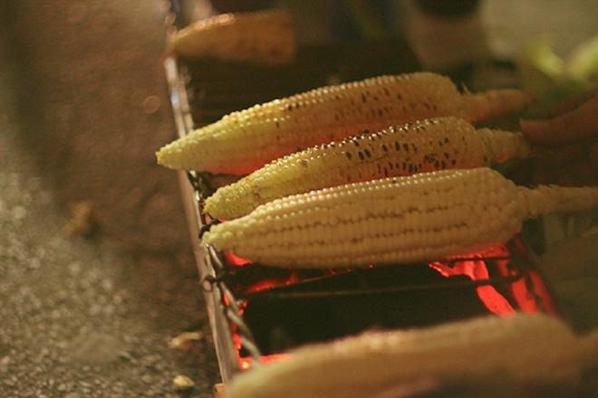Tour am thuc quanh thanh pho Da Lat hinh anh 4 Thưởng thức trái bắp nướng nóng hổi, thêm chút mắm nêm sẽ khiến bạn phải say lòng.