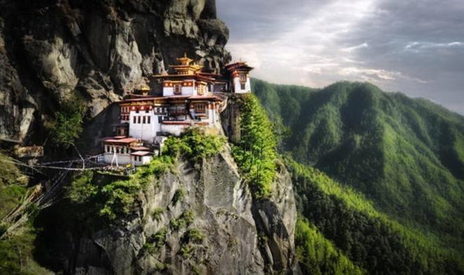10 diem den an toan nhat neu... The chien thu ba no ra hinh anh 7 7. Bhutan: Với việc sở hữu địa thế độc nhất vô nhị, đây là quốc gia tuyệt vời để trú ngụ nếu thế chiến xảy ra lần nữa. Được bao bọc bởi dãy Himalayan, Bhutan là một trong những quốc gia tách biệt nhất thế giới.  Kể từ khi gia nhập Liên hợp quốc năm 1971, Bhutan đã giữ nguyên lập trường chính trị của mình là không can thiệp vào tình hình chính trị của bất kì quốc gia nào, cũng nhưng không hề thiết lập quan hệ ngoại giao với Mỹ.