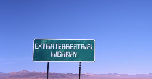 Nhung dia diem hap dan tren the gioi cam cua du khach hinh anh 10 10. Khu vực 51. Khu vực 51 là khu căn cứ bí mật của Mỹ nằm sâu trong sa mạc Nevada. Cho đến nay, mục đích thành lập khu căn cứ này vẫn là dấu hỏi lớn với công chúng. Nhiều người tin rằng nơi đây ẩn giấu công nghệ ngoài hành tinh hoặc các kỹ thuật thí nghiệm cao cấp. Đây là nơi hạn chế người ra vào và được bao bọc bằng mìn và hàng rào xung quanh.