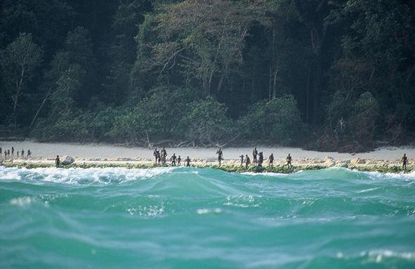 Nhung dia diem hap dan tren the gioi cam cua du khach hinh anh 1 1. Đảo Bắc Sentinel, Ấn Độ. Hòn đảo nhỏ bé này là nơi ở của khoảng 50 - 400 người dân bản xứ hoàn toàn bị cô lập với thế giới bên ngoài. Chính quyền Ấn Độ tuyên cáo nơi này không dành cho khách du lịch tới thăm. Khả năng khám phá còn thấp hơn vì đã nhiều lần các bộ lạc định giết người lạ bên ngoài bằng cách đốt và ném đá.