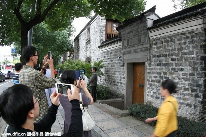 Nha cua nguoi gianh giai Nobel y hoc thanh diem du lich hinh anh 1   Khách du lịch chụp ảnh phía trước ngôi nhà thời thơ ấu của bà Đồ U U tại một thị trấn ở Ninh Ba, tỉnh Chiết Giang (Trung Quốc) ngày 7/10/2015