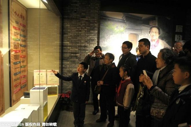 Nha cua nguoi gianh giai Nobel y hoc thanh diem du lich hinh anh 2   Du khách tại một cuộc triển lãm về Đồ U U tổ chức tại quê hương bà. Cuộc triển lãm tại Bảo tàng giáo dục Ninh Ba đã giới thiệu kinh nghiệm và thành tích học tập của bà.