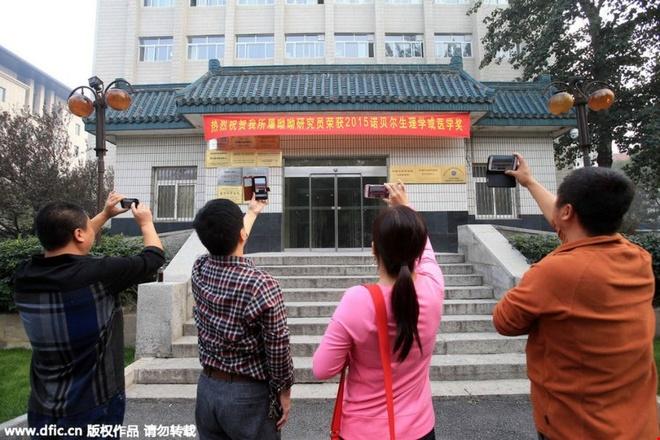 Nha cua nguoi gianh giai Nobel y hoc thanh diem du lich hinh anh 4   Khách tham quan chụp ảnh trước Học viện Đông y Trung Quốc, nơi bà Đồ U U từng làm việc.