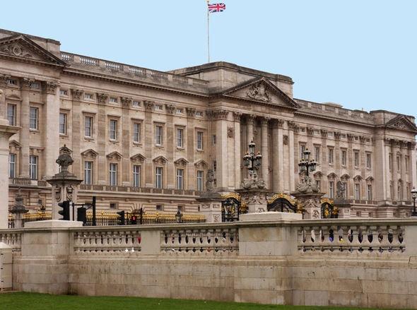 Nhung dia diem hap dan tren the gioi cam cua du khach hinh anh 5 5. Phòng ngủ của nữ hoàng Anh. Căn phòng nằm chôn sâu dưới cung điện Buckingham và được bảo vệ nghiêm ngặt. Tuy nhiên, vào năm 1982, một người đàn ông tên là Michael Fagan đã lẻn vào đây. Vụ án này được xem là vụ đột nhập an ninh lớn nhất hoàng gia Anh.