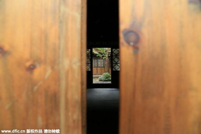 Nha cua nguoi gianh giai Nobel y hoc thanh diem du lich hinh anh 6   Không gian phía trong ngôi nhà của bà Đồ U U nhìn qua khe cửa.