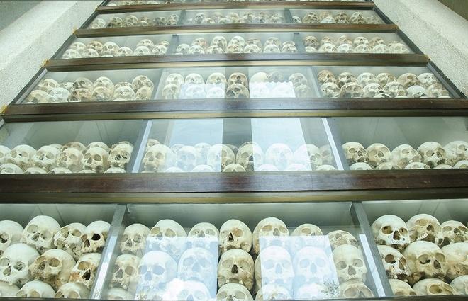 Mot ngay o bao tang diet chung Tuol Sleng hinh anh 3 Khoảng 3-4 nghìn chiếc hộp sọ được cất giữ trong tòa tháp, số còn lại vĩnh viễn nằm trong lòng đất.