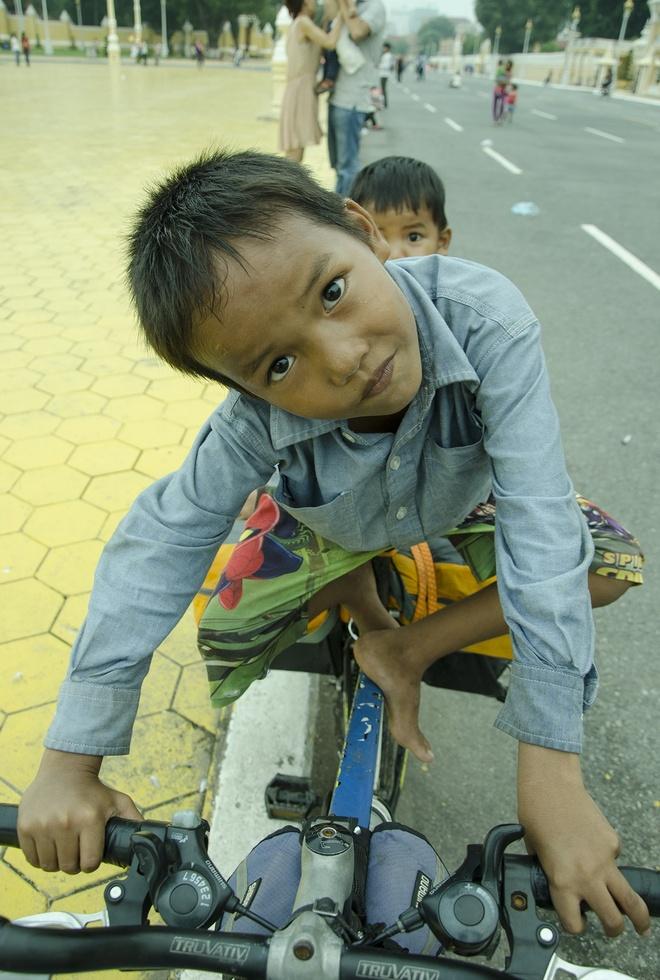 Hanh trinh kham pha Campuchia bang xe dap cua phuot thu Viet hinh anh 4 Hai đứa trẻ lang thang đùa nghịch trên chiếc xe đạp của tôi.
