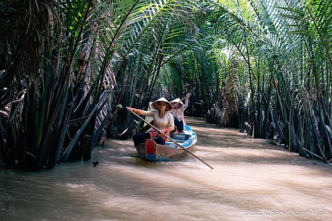 Nhung trai nghiem thu vi khi di du lich mien Tay hinh anh 1 Khi tham quan miền Tây sông nước, du khách sẽ được ngồi trên ghe dọc các kênh rạch, ngắm nhìn những cây cầu dừa, cầu khỉ bắc ngang dòng kênh xanh mát rợp bóng cây cối hay những rặng dừa nước.