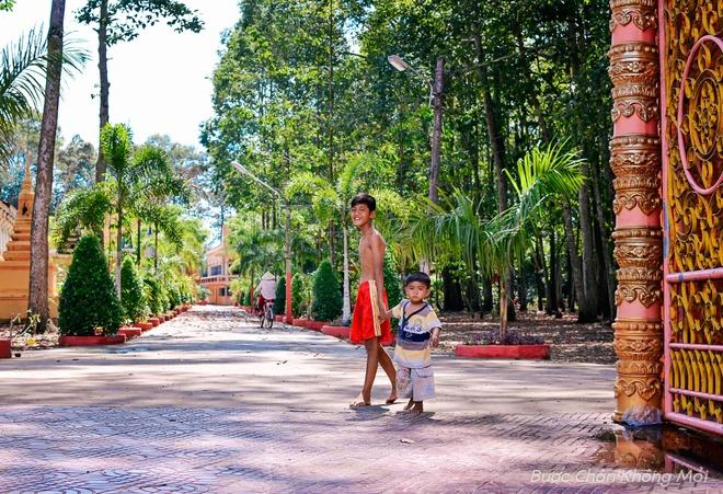 Nhung trai nghiem thu vi khi di du lich mien Tay hinh anh 6 Ngắm nhìn các ngôi chùa của người Khmer có kiến trúc độc đáo, đẹp đẽ và tiếp xúc với những con người thân thiện, chất phác nơi đây.