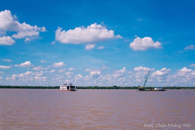 Nhung trai nghiem thu vi khi di du lich mien Tay hinh anh 7 Du khách sẽ đi phà qua những con sông rộng lớn, nặng đầy phù sa cùng những đám mây trắng xóa lơ lửng trên đầu.