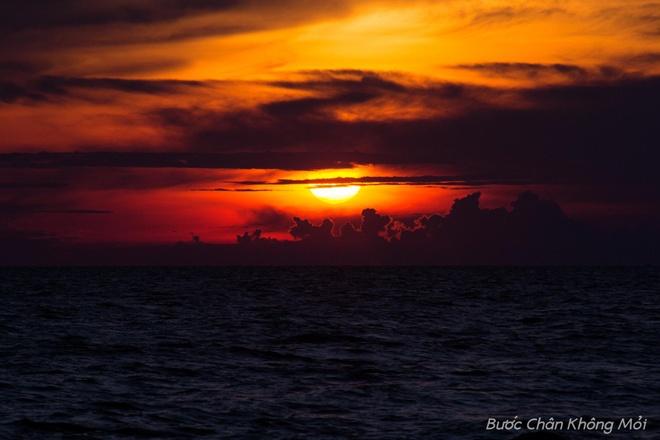 Nhung trai nghiem thu vi khi di du lich mien Tay hinh anh 8 Ngắm hoàng hôn tuyệt đẹp trên biển Hà Tiên là một điều mà du khách khó quên được. Khi những ánh nắng cuối cùng của buổi chiều nhạt dần trên mặt biển bao la, nhuộm màu lên những đám mây, tạo nên khung cảnh say đắm lòng người, giúp du khách quên đi hết muộn phiền, lo lắng.